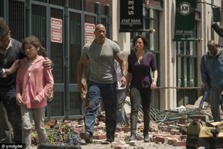 Dwayne Johnson, Carla Gugino in San Andreas